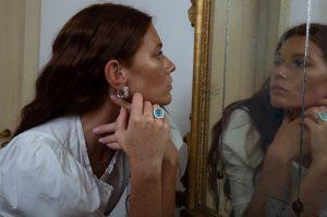 Venetian Mirror modella indossa orecchino